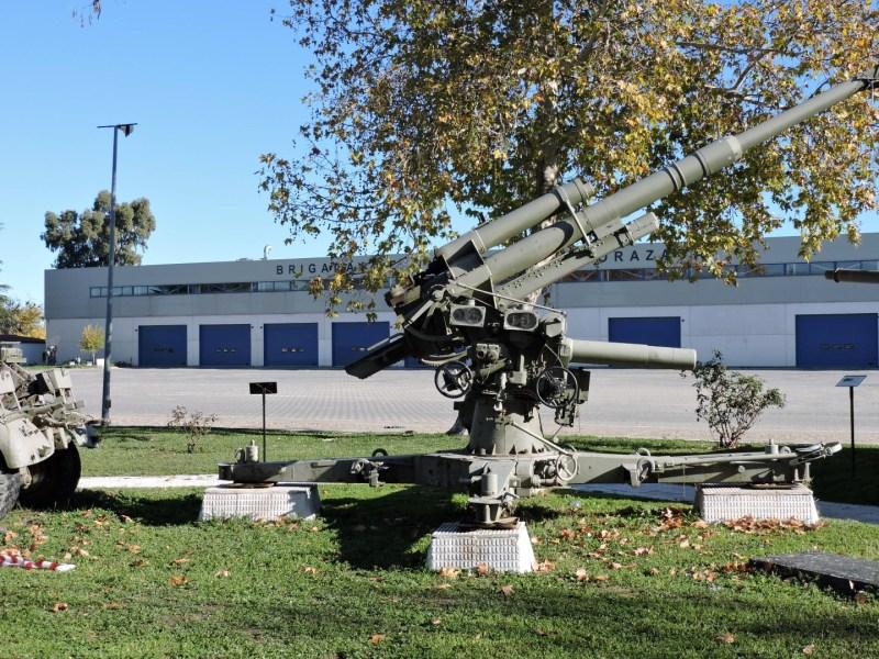 Museo de Carros de Combate - Cañón FLAK anclado en posición de disparo