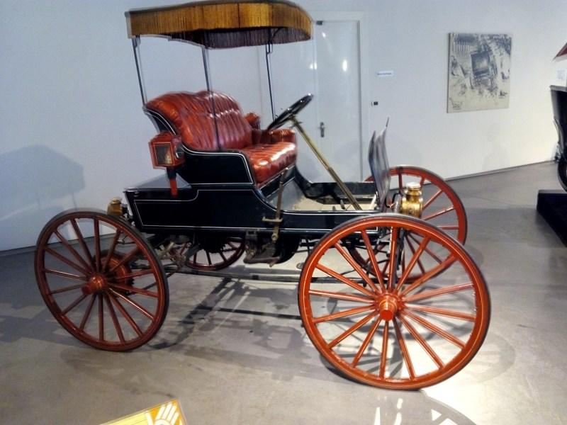 Museo Automovilístico - Coche Winner de EEUU. Básicamente era una calesa con motor.
