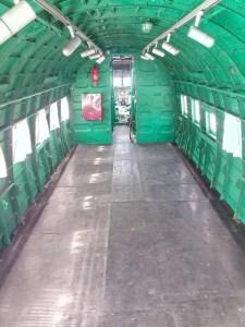 """Museo de la Aviación - El DC-3 es un avión de """"patín de cola"""", por lo que la cabina está inclinada."""