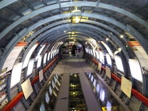 Museo de la Aviación - La cabina del Convair hace de sala de interpretación, con paneles explicativos.