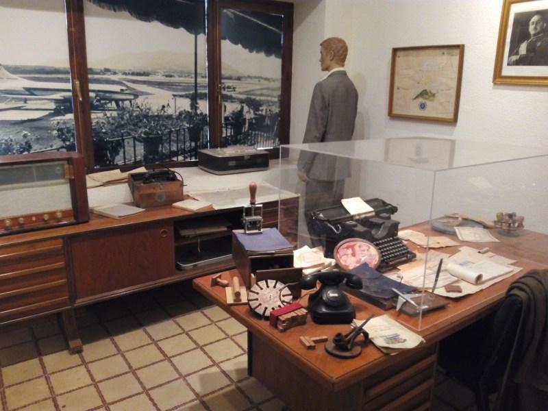 Museo de la Aviación - Oficina del director del aeropuerto. El despacho está perfecto y tiene hasta una foto de Franco.