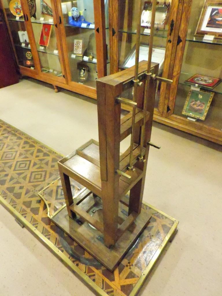 Museo de la Guardia Civil - En la silla se realizaban el resto de medidas antropométricas del detenido (Imagen propiedad del Museo de la Guardia Civil)