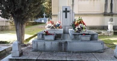 Tumba Ante Pavelic - Es frecuente que las tumbas tengan flores, ya que algunos nacionalistas croatas siguen considerándolo como un héroe
