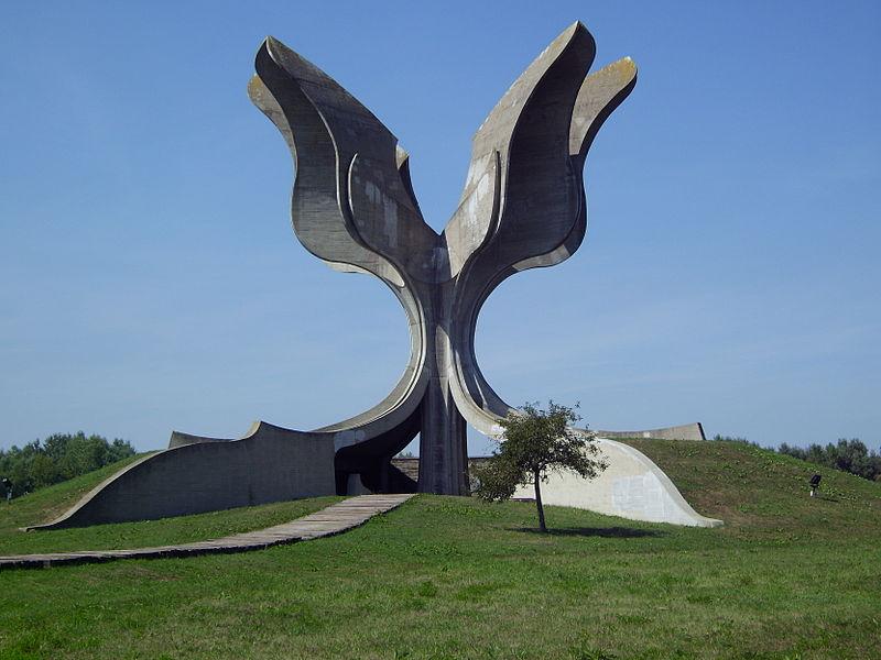 """Tumba Ante Pavelic - """"Flor de piedra"""", escultura de Bogdanovich en recuerdo de las víctimas del campo de Jasenovac (1)"""