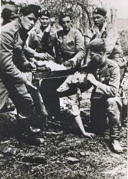 Tumba Ante Pavelic - Ustachas cortando el cuello con un serrucho a un serbio (12)