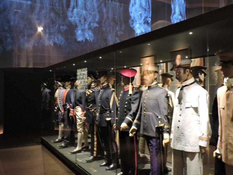Museo Farmacia Militar - Sala de uniformes con efectos de imagen en el techo