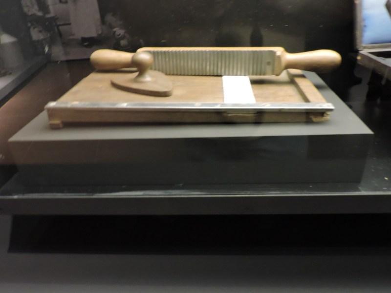 Museo Farmacia Militar - Pildorero para la fabricación de píldoras. El material se prensaba con esta herramienta y luego se cortaban las píldoras.