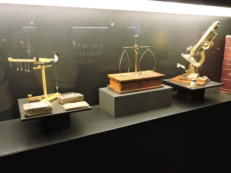 Museo Farmacia Militar - Balanzas y microscopio