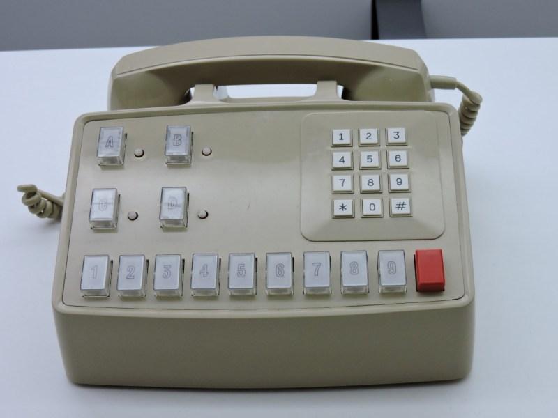 """Museo de las Telecomunicaciones - Centralita Satay para pequeñas oficinas. Las funciones de la """"operadora"""" las asumió la secretaria."""