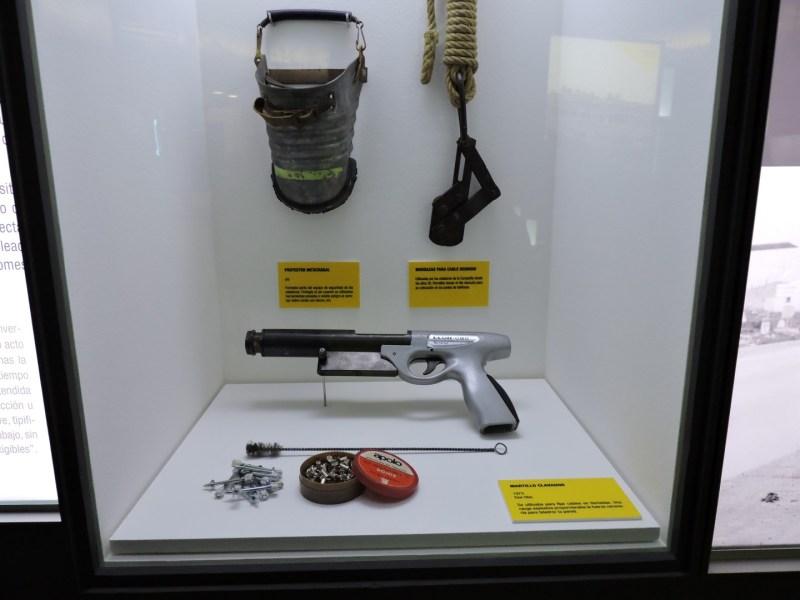 Museo de las Telecomunicaciones - Pistola para realizar instalaciones en paredes y postes. Funcionaba con cargas explosivas