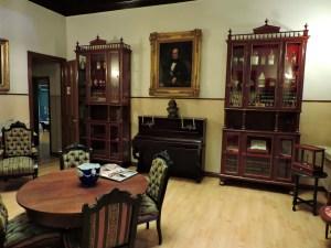 Museo de la Homeopatía - Salón del museo con el cuadro de D. José Núñez presidiendo la estancia.