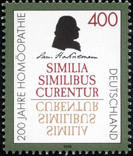 """Museo de la Homeopatía - Sello conmemorativo de los 200 años de la homeopatía, con el lema """"lo similar cura lo similar""""."""