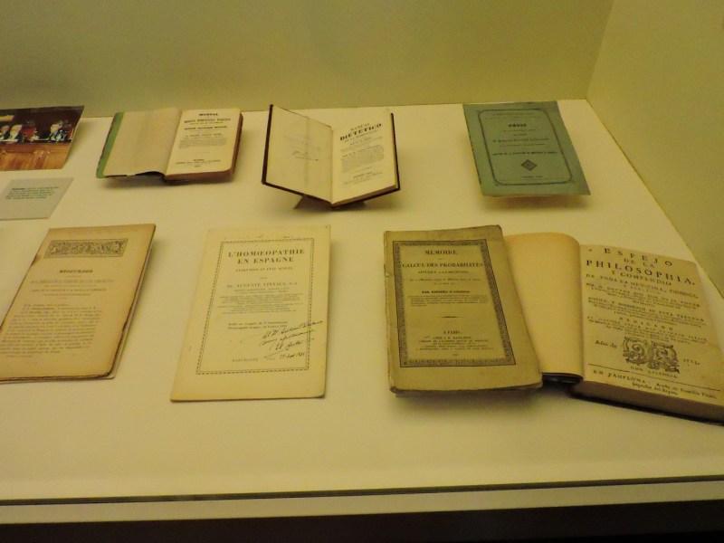 Museo de la Homeopatía - Los homeópatas eran muy meticulosos en sus estudios y publicaban todo. Por cierto, ¿qué hace un libro de cálculo de probabilidades en la vitrina? Está claro que no la aplicaban mucho.