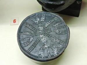 Museo Mundo Negro - Disco labial de la tribu mursi. A las niñas se las practica una incisión de 2 cm y se inserta un disco pequeño, que poco a poco van cambiando por otros más grandes.