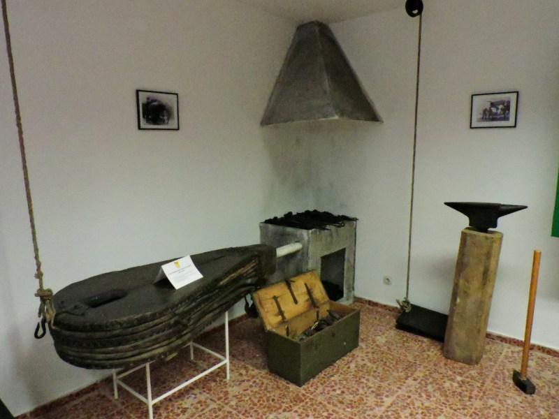 Museo Veterinaria Militar - Fragua fija. Obsérvese el fuelle y su pedal, al lado del yunque.