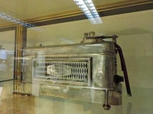 Museo Veterinaria Militar - Transfusor por pulsación (1950). La medicina veterinaria permitió a los médicos probar nuevos aparatos para humanos en animales.