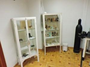 Museo Veterinaria Militar - Armario con medicamentos veterinarios.