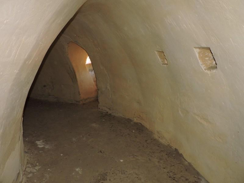 Blockhaus13 - Pasillo deambulatorio central, con ventanucos para fusileros.