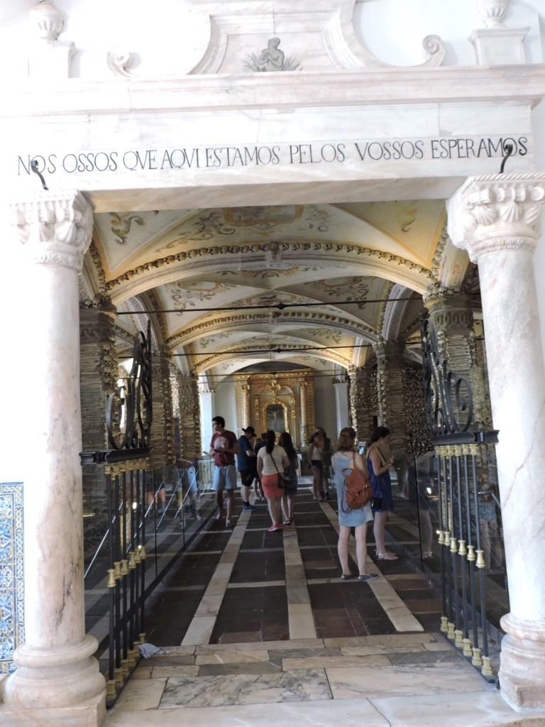 Capilla Huesos Evora - La iluminación y la cantidad de turistas hacen que este lugar sea todo menos lúgubre.