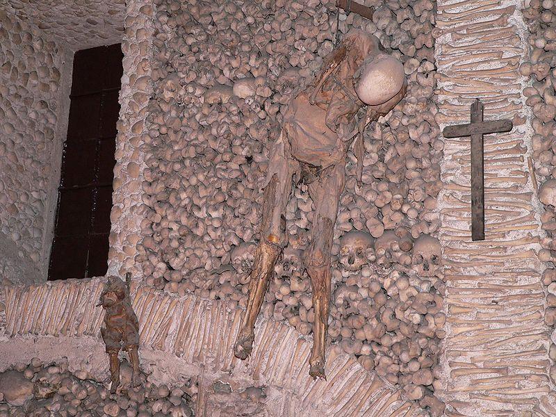 Capilla Huesos Evora - Un esqueleto de adulto y otro de niño buscan dar mayor impresión a los visitantes.