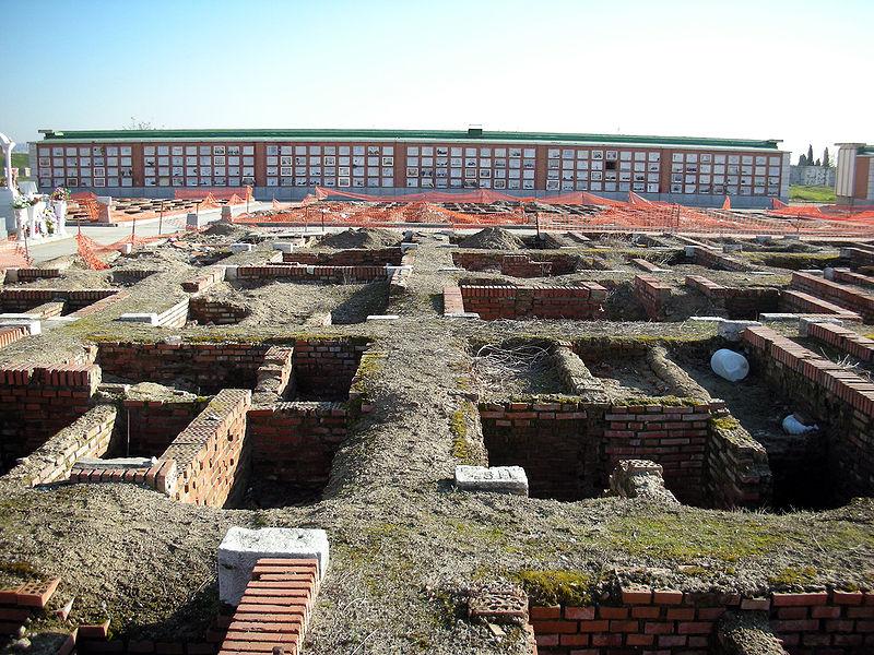 """Capilla Huesos Evora - En muchos cementerios, como en éste de Madrid, se siguen exhumando tumbas, para hacer hueco a nuevos """"inquilinos"""" (3)."""