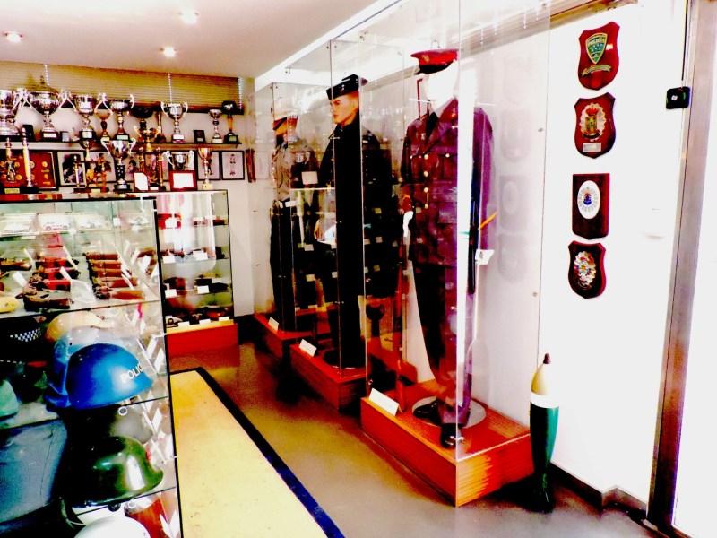 Colección Policía Boadilla - En total son unas 8 vitrinas con diversos objetos expuestos.