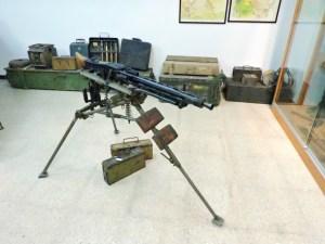 Museo División Azul - Ametralladora MG 42 sobre trípode. Al fondo se pueden ver minas anticarro.