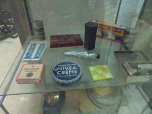 Museo División Azul - Pasta de dientes, crema Nivea, preservativos y demás objetos de higiene personal.