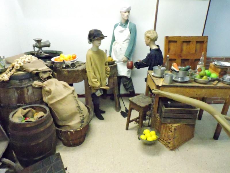 Museo División Azul - Escena con diversos objetos relacionados con la distribución de comida.