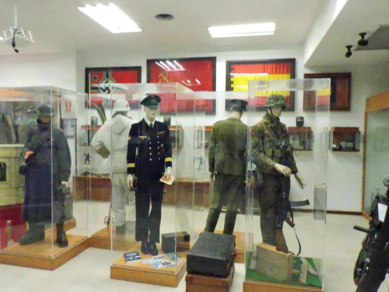 Museo División Azul - No sólo hay objetos divisionarios en este museo. Al fondo se puede observar una bandera de la URSS.