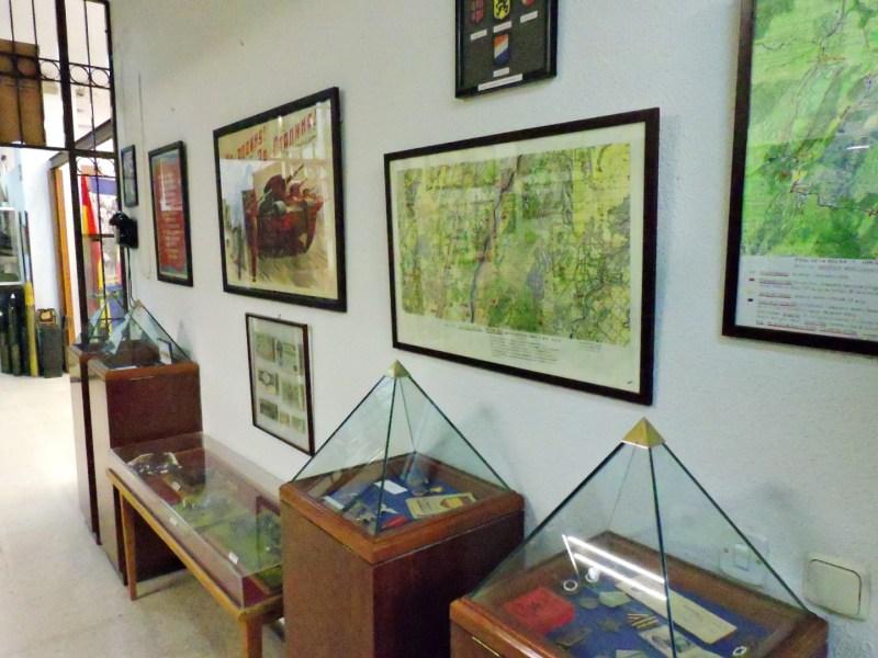 Museo División Azul - Mapas, carteles de películas y unas curiosas vitrinas en forma piramidal.