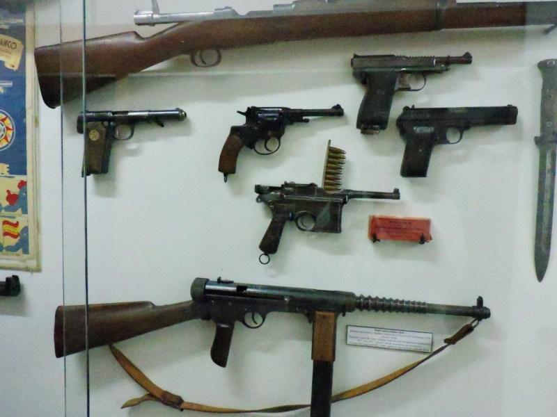 """Museo División Azul - Diversas armas, entre ellas un fusil """"Olot"""", de los talleres Labora de la CNT."""