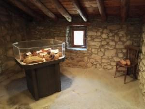 Museo del Zueco - Sala con muestras de zuecos antiguos.