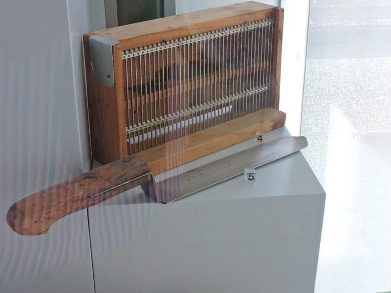 Museo Veterinario Complutense - Trampa caza-zánganos y cuchillo desoperculador, usado en apicultura.