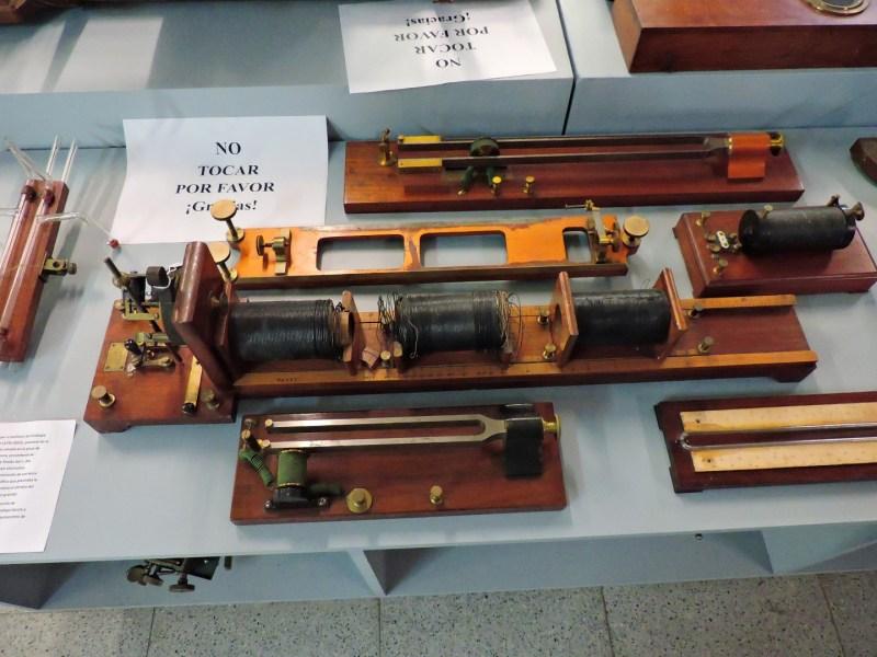 Museo Veterinario Complutense - Aparatos para realizar mediciones de carácter eléctrico en animales.