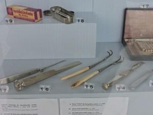 Museo Veterinario Complutense - Arriba, inyectable y jeringuilla para tuberculina. Abajo, aguja de Reverdin (para suturar), escoplo, separadores y gubia.