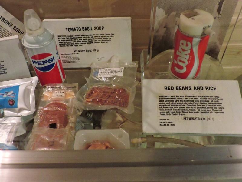 Museo Lunar - Pepsi y Coca-Cola para astronautas, junto con una deliciosa sopa de tomate y albahaca.