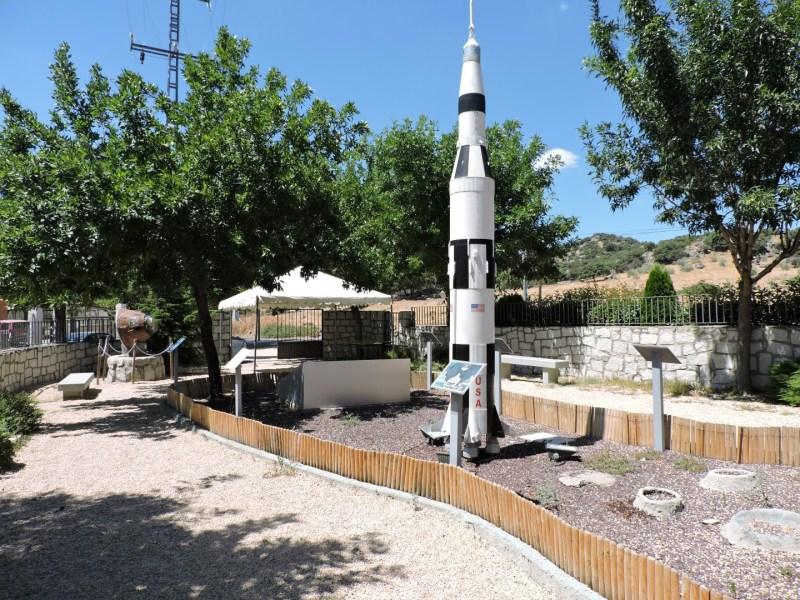 Museo Lunar - En el patio del museo hay varias reproducciones, destacando la del cohete Saturno V.