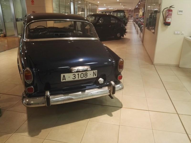 Museo Sala Team - Algunos coches están en los pasillos del concesionario.