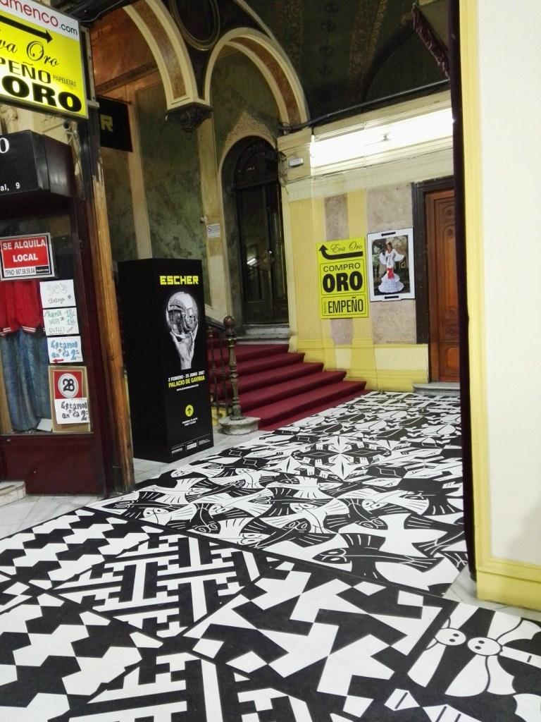 Escher en Madrid - Las antiguas tiendas de decomisos se han transformado en tiendas de compra de oro.