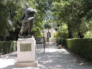 Jardín Botánico Madrid - Paseo que conduce al Edificio Villanueva. En primer término, una escultura de Carlos III.