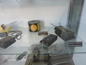 Museo del Aire - Distintas radiobalizas. La del fondo está en una lata, con su abrelatas adosado.