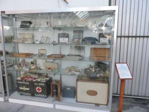 Museo del Aire - Vitrina con diverso material médico.