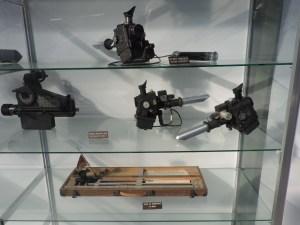 Museo del Aire - Sextantes periscópicos y un visor de bombardeo.