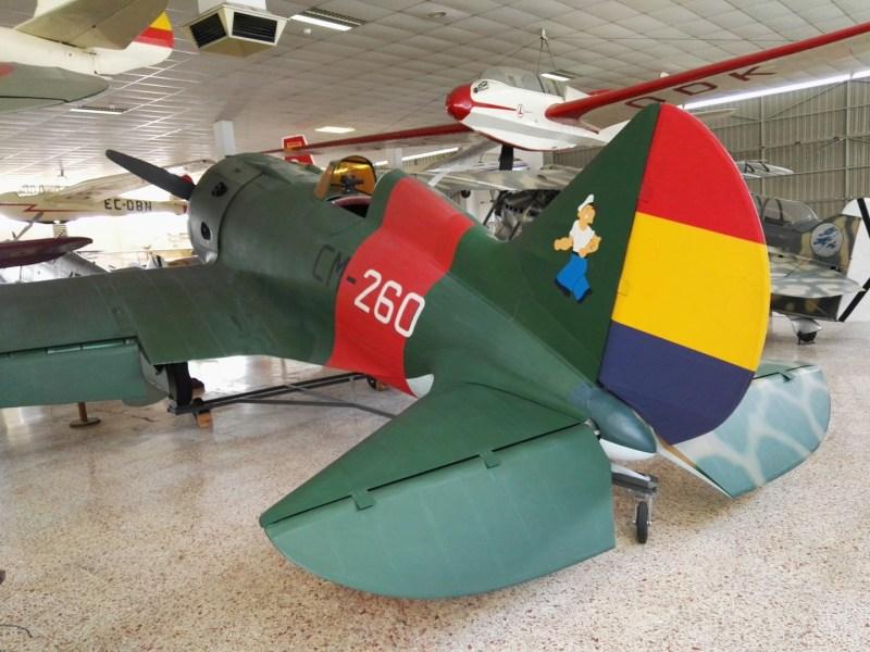 """Museo del Aire - Polikarpov I-16 """"Mosca"""". Se llegaron a fabricar más de 8.000, de los que el ejército republicano voló cerca de 400. El avión expuesto no es original, sino una réplica."""