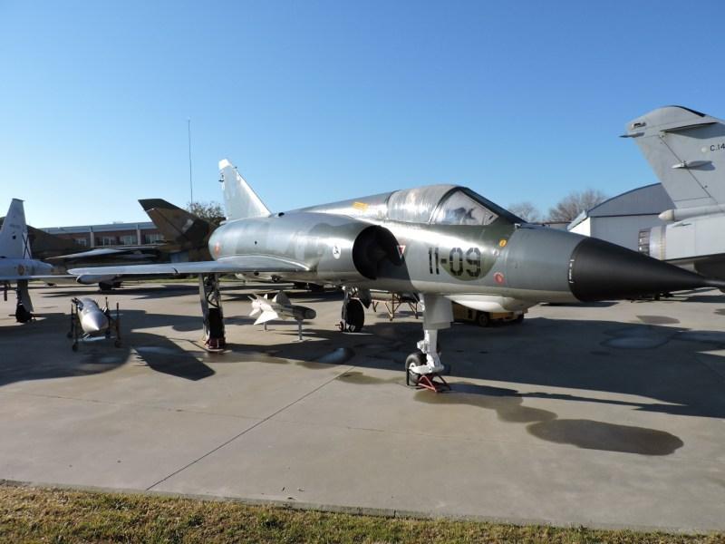 Museo del Aire - Dassault Mirage III. Caza con ala en delta de principios de los años 60. Participó decisivamente en la Guerra de los Seis Días. España llegó a tener 32 aviones, que sustituyó por los Mirage F1.