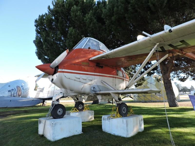 """Museo del Aire - Transavia PL-12 """"Airtruck"""". Un avión de fumigación realmente curioso. Tiene forma de óvalo, con dos colas que salen de las alas. Éstas a su vez se apoyan en otras alas inferiores."""