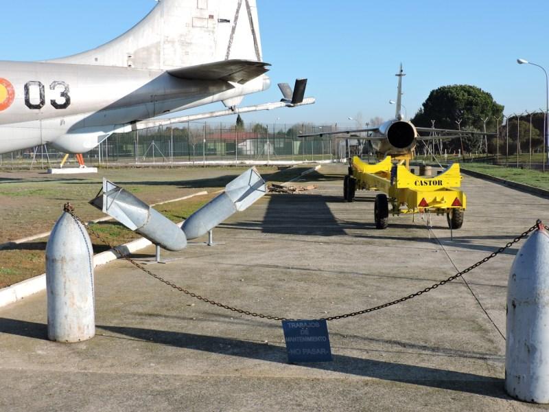Museo del Aire - No sólo se usan las bombas para realizar conjuntos artísticos. También se emplean como postes separadores.