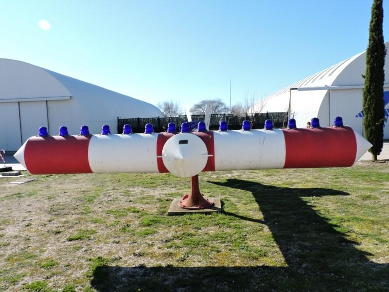 Museo del Aire - Curiosa T, indicadora del viento, con pintura de baliza y luces en su parte superior, para indicar la dirección del viento a los pilotos.