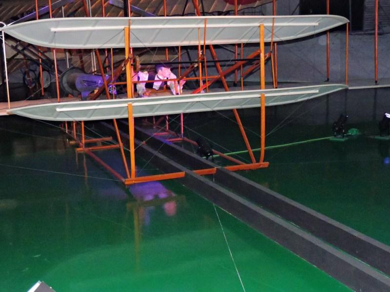 Museo del Aire - Avión Flyer I de los hermanos Wright, con su carril, que hacía las veces de catapulta.